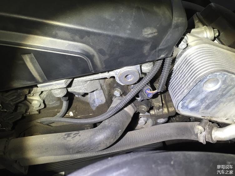 检测发现发动机机油热交换器处有明显的渗油迹象。通病