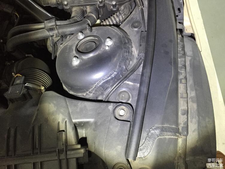 检测左前减震器座无变形切割焊接维修痕迹,减震器螺栓无松动迹象