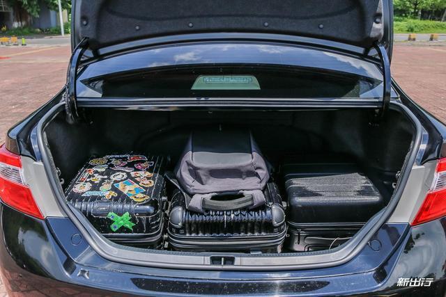 凯美瑞混动后备箱横向能放满三个行李箱