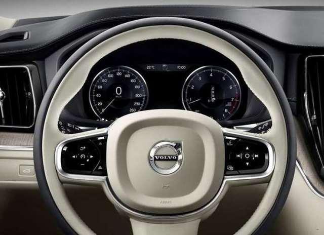 作为沃尔沃SUV阵营里的主力车型,XC60上市已经有9年时间了,第一代车型当时属于福特集团,虽然后来沃尔沃被吉利收购,但是其依旧采用沃尔沃内部代号Y20的平台,也就是福特EUCD平台,在这个平台上还诞生了不少大家耳熟能详的车型,例如沃尔沃S60,老款福特蒙迪欧,以及路虎揽胜极光车型,同时动力部分XC60的动力总成在很长一段时间内也都是纯正美国芯。第二代沃尔沃XC60将采用自家研发的SPA平台,与大众的MQB平台类似,沃尔沃的新平台也是模块化平台,可变性,拓展性极强,整个平台仅是半轴距油门踏板这段是固定不