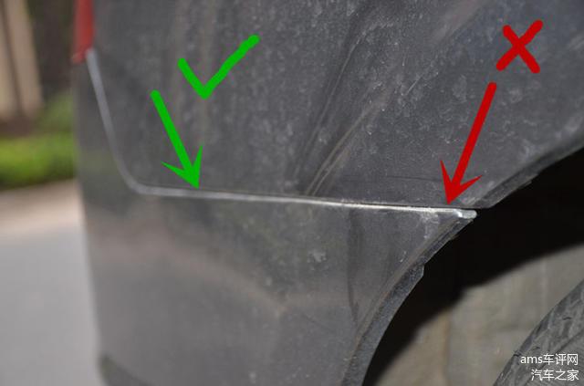 接缝应均匀、无突起,这辆车的后保险杠有明显更换的痕迹