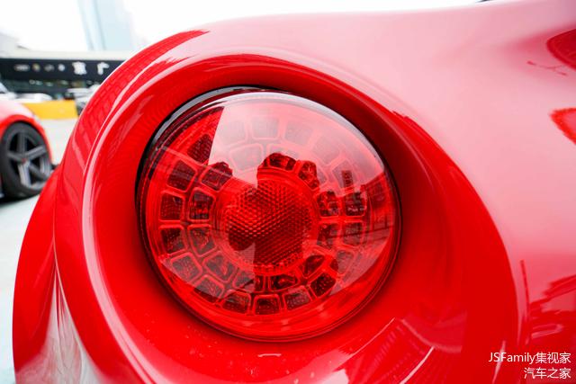 尾灯的设计同样能够看到法拉利的影子,其造型与法拉利California、599等车型有异曲同工之妙。