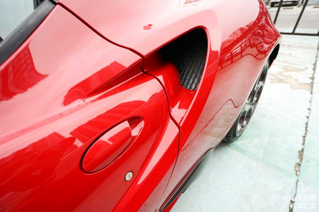 两侧车门后方的进气口气势到位,下方的进气孔还采用了碳纤维材质。
