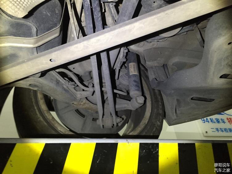 检测右后悬挂件无拆装维修痕迹;底盘件无明显老化迹象