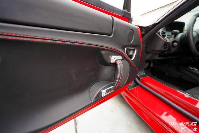整个门板内饰几乎被软质材料包裹,在黑色皮质和红色缝线的相互印衬下完全不输档次。