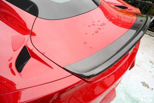 高挑的扰流板造型,碳纤维材质,还有两侧的散热孔点缀,都可以看出意大利人对细节美学的完美把控。