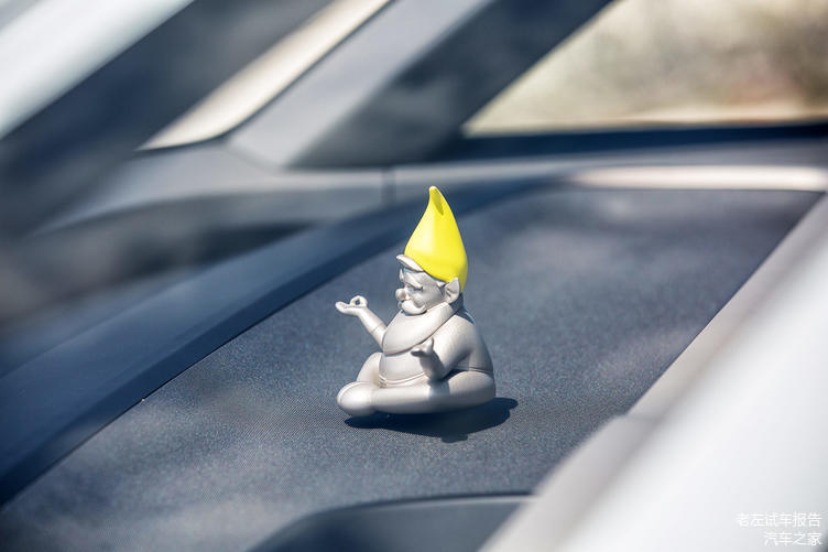 据说中控台上这个打坐的佛爷,没有任何人知道他的作用是什么
