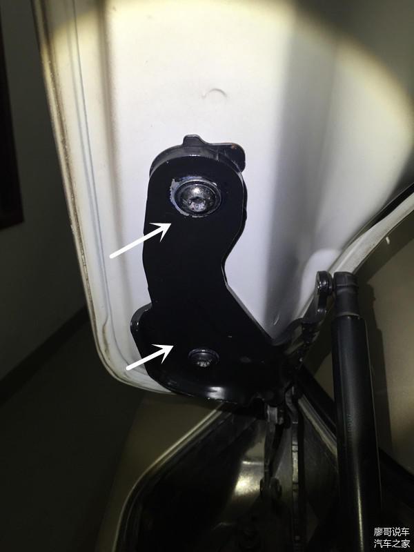 后备箱左侧螺栓拆装松动痕迹,螺栓已位移