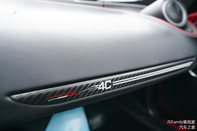 副驾驶的碳纤维饰板及细节标识。