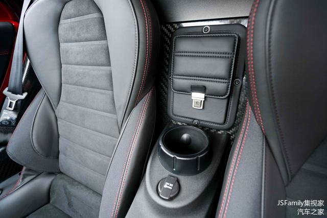 车内少得可怜的储物空间,但是座椅中间这个极具绅士气质的类公文包设计,为它扳回了不少分数!