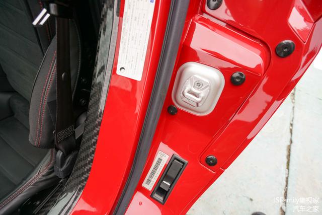 4C采用了发动机中置布局,尾厢盖和后机盖则采用了一体式设计,开启开关在主驾驶车门一侧。