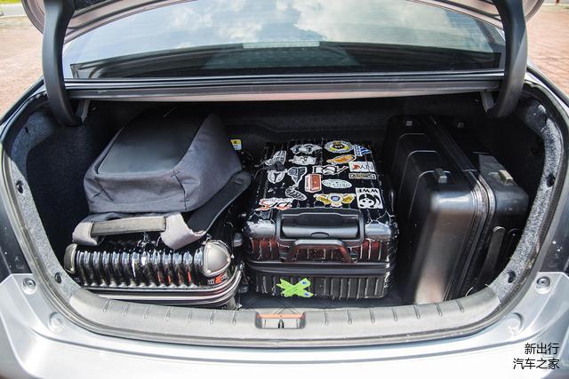 后备箱受电池影响较大 三个行李箱只能分层放置     由于凯美瑞混动