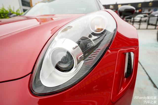 前保险杠两侧的开口设计也可以为轮胎和刹车降温提供更多的空气。