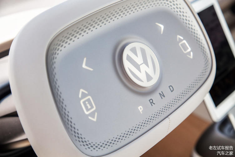 换挡的按键在方向盘上,自动驾驶状态时,方向盘会收回到中控台中