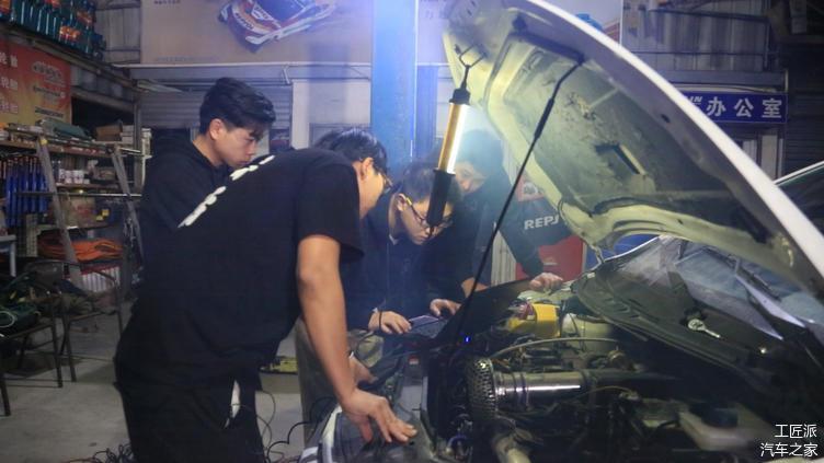 车是比赛当天凌晨到的,为了将车调试到最佳状态,技术团队一直工作到天亮