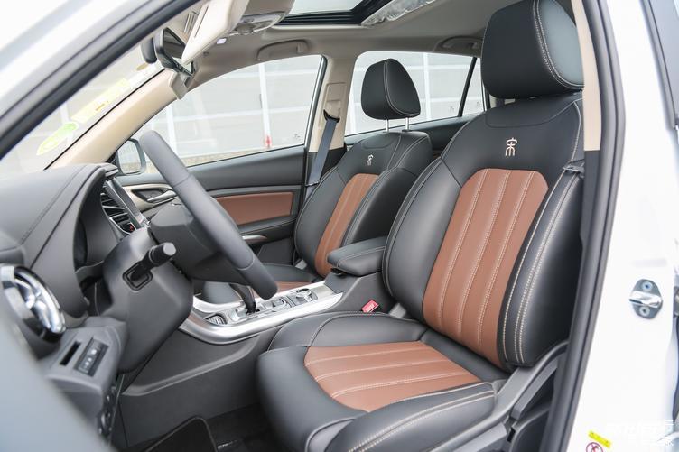 「图」豪华型和尊贵型采用仿皮材质座椅,尊荣型为真皮材质。