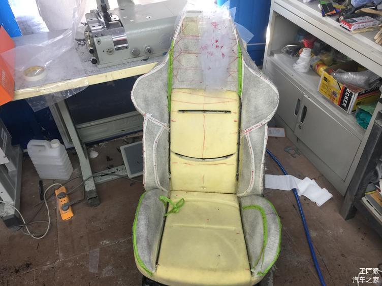 包皮先附上海绵,然后用海绵切割刀切出运动座椅的版型
