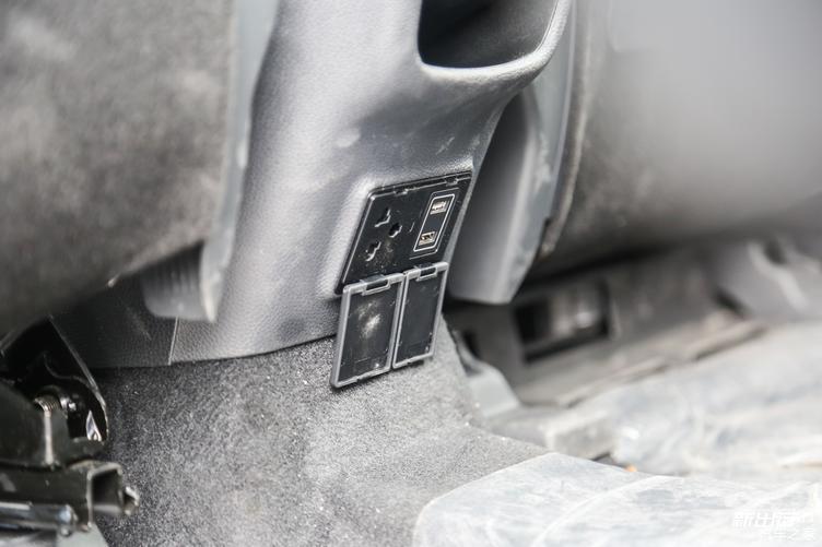 「图」后排出风口的下方,有两个 USB 插孔,以及一个 220V 电源插孔。